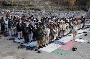 Afghan_men_praying_in_Kunar-2009